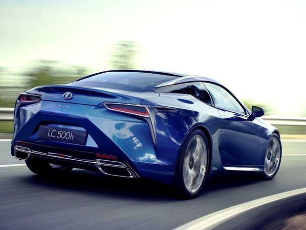 Ani hybridu nechýbajú mohutné koncovky výfukov. Zvuk má byť vraj inšpirovaný superšportom LF-A.
