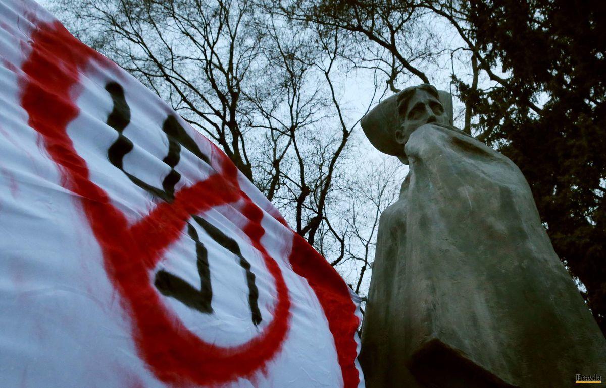 Na proteste nechýbali transparenty s nápismi Stop fašizmu či obrázkami preškrtnutého hákového kríža.