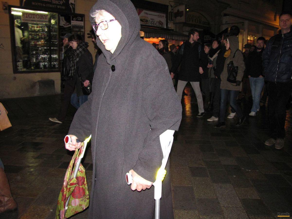 Pani Anna napriek tomu, že k chôdzi potrebuje barly, neváhala prísť na pochod proti fašizmu.