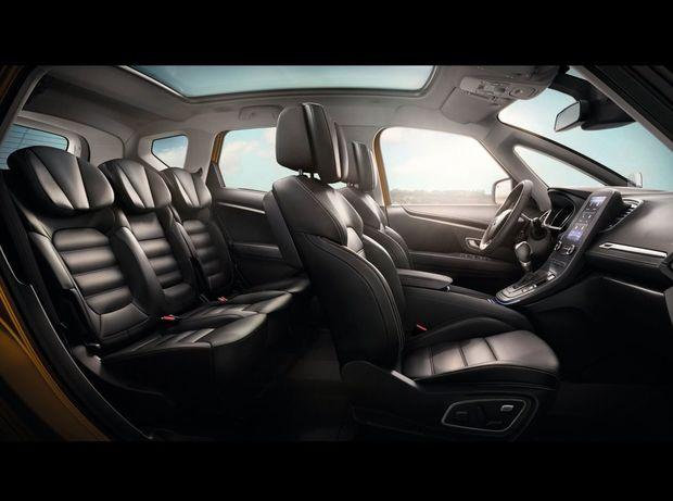 Interiér má konečne klasické usporiadanie. Prístrojový panel je priamo pred vodičom. V centre palubnej dosky nájdeme 7,8-palcový monitor rozhrania R-Link.
