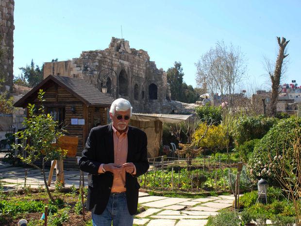Zrejme posledný Američan v Damasku na obrázku kráča v záhrade. Sýriu nazýva už vyše 40 rokov svojím domovom a nemieni to zmeniť.