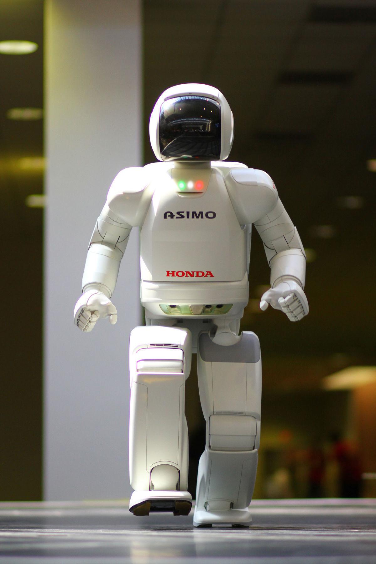 Humanoidný robot Asimo dokáže hovoriť rýchlo ako človek a servírovať ľuďom nápoje v reštaurácii.