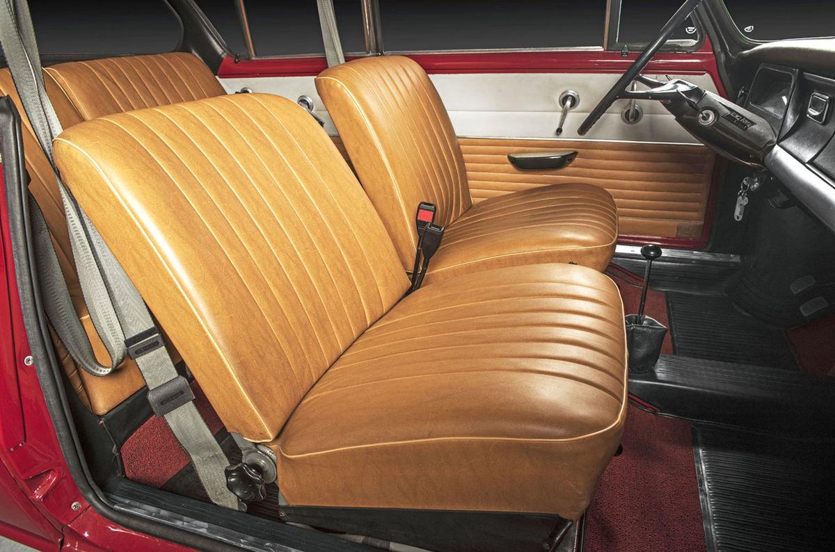 So stiahnutými oknami vyzeralo kupé MBX veľmi efektne. A v interiéri ponúkalo rovnaký priestor ako sedan. Napokon, rázvor náprav bol identický.
