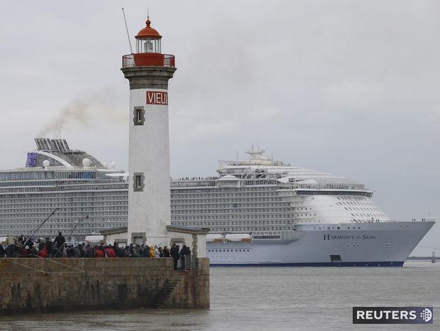 Na skúšobné vypustenie kolosu z doku sa prišli prizrieť tisícky ľudí.