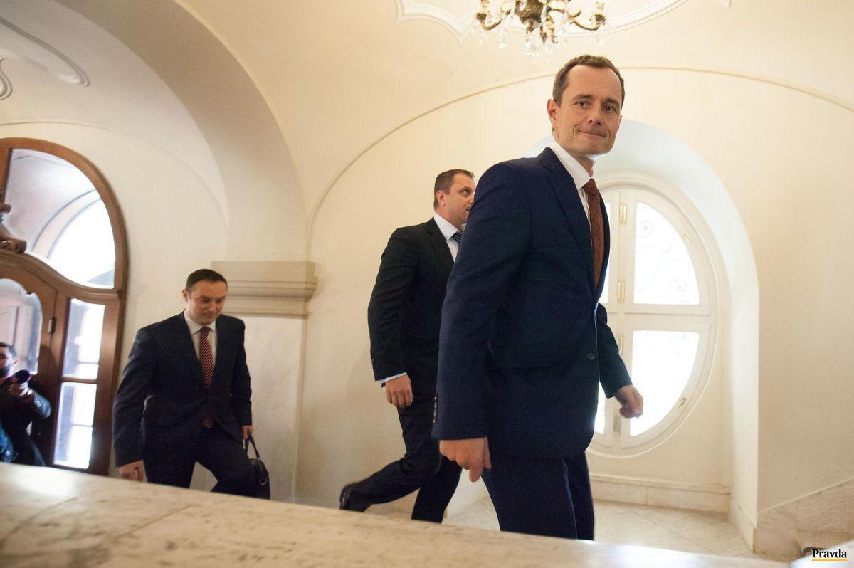 Śéf strany Sieť Radoslav Procházka prichádza na rokovania o zostavení vlády.