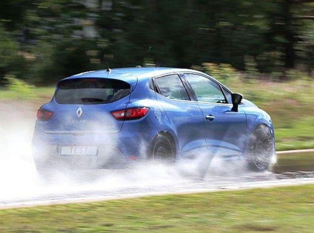 ADAC testoval nové letné plášte na Renaulte Clio. Celkom ho prezul šestnásťkrát.