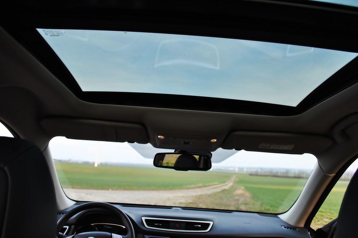 Presklená strecha s otvárateľnou prednou časťou s tónovaným sklom s UV filtrom a s elektricky ovládanou clonou je vo výbave Tekna štandardom.