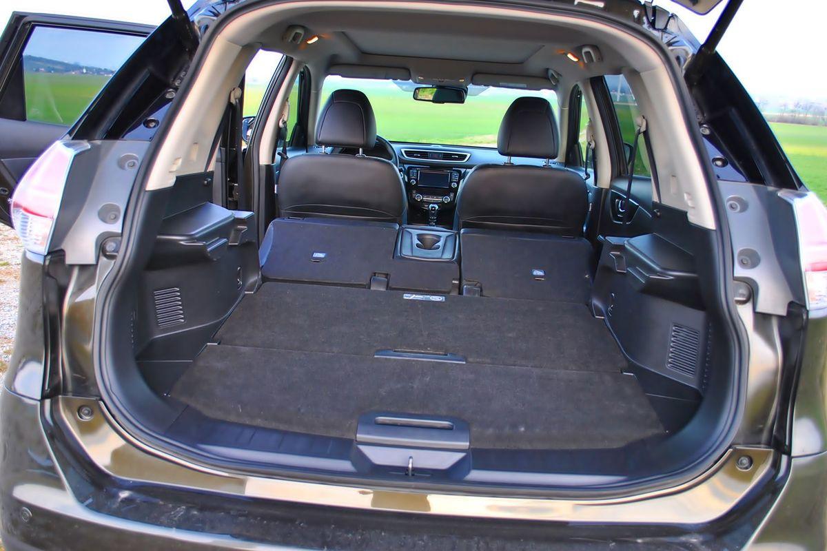 Batožinový priestor má objem 550 litrov. Vďaka dvom premiestniteľným policiam sa dá usporiadať viacerými spôsobmi. Po sklopení zadných sedadiel vznikne 1 980 litrov úložného priestoru.
