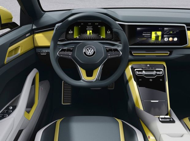Interiér ponúkajúci miesto štvorčlennej posádke má minimum tlačidiel. Ovládanie funkcií na seba prebrali dotykové displeje. Mechanické ovládače má len prevodovka, strecha a elektrická parkovacia brzda.