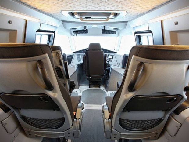 Vodič sedí v kabíne v strede, podobne ako pri McLarene F1. Spracovanie interiéru si zaslúži pochvalu.