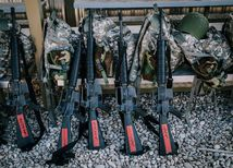 zbrane, prilby