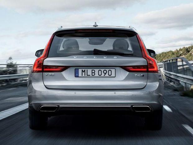 Zadnú časť oživujú pôsobivé svetlá lemujúce zadné stĺpiky, podobne ako pri veľkom SUV XC90.
