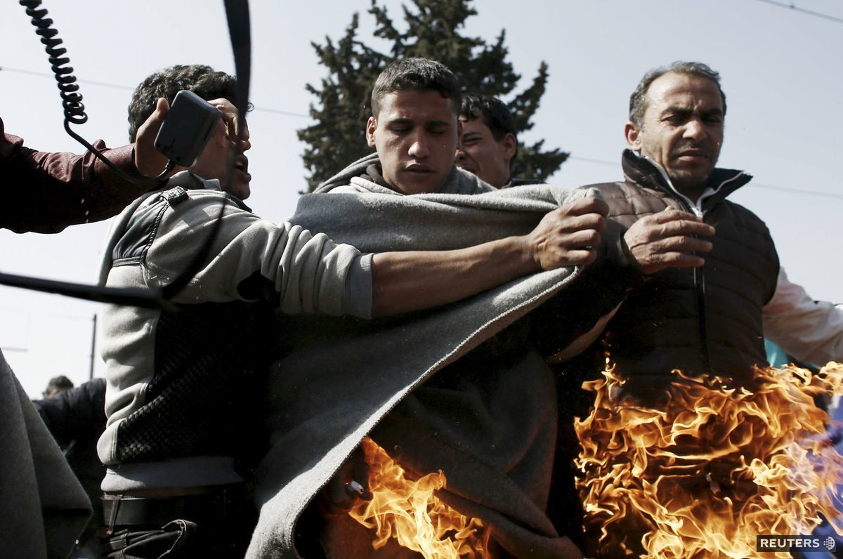Utečenec sa zapálil v provizórnom tábore Idomeni počas protestu za otvorenie grécko-macedónskych hraníc.