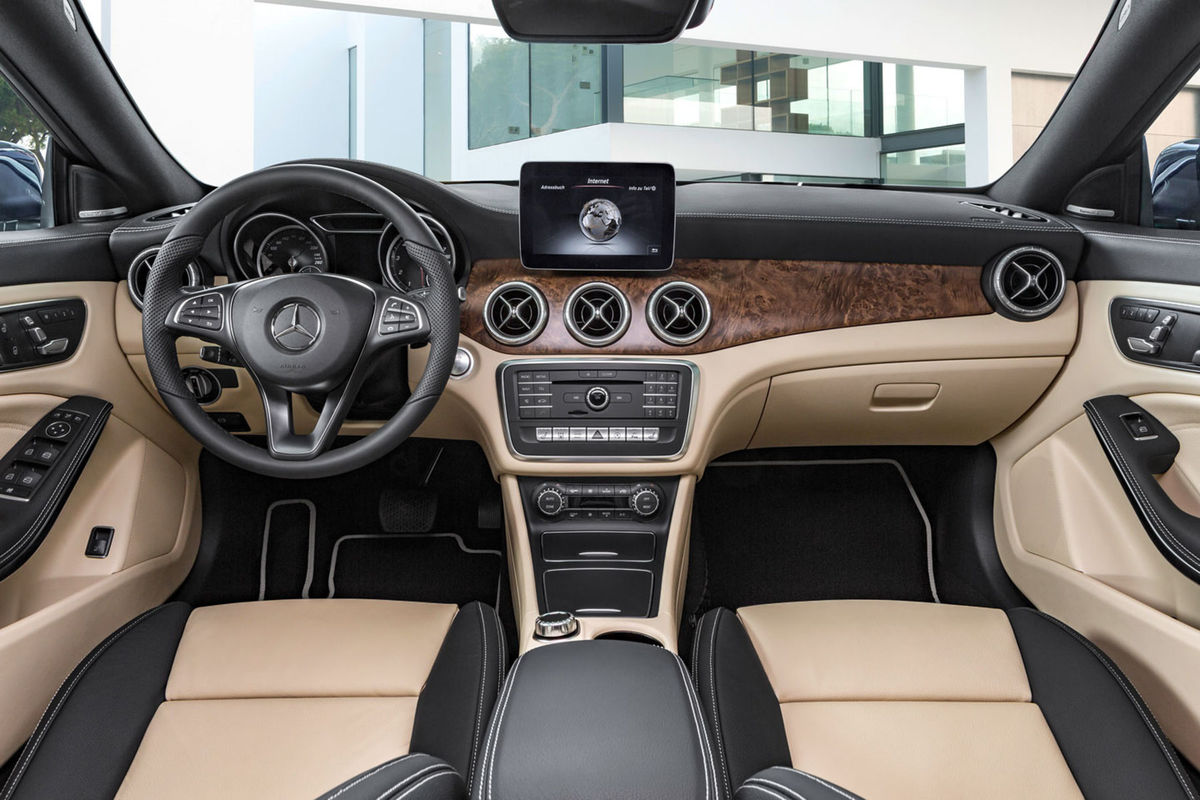 Interiér má štíhlejší displej rozhrania, novú grafiku prístrojov a modernizovanú paletu dekorácií a čalúnenia.
