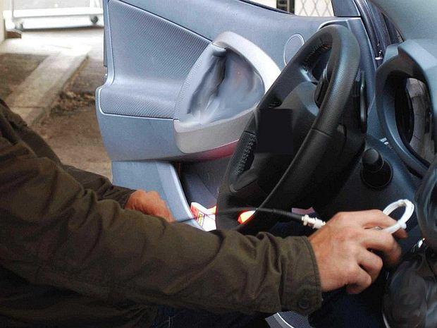 Pri teste 24 áut rôznych značiek, rôznych tried a rôzneho veku sa ukázalo, že bezkľúčový prístup je vstupnou bránou pre zlodejov. Nepotrebujú žiadne náradie ani špeciálny softvér. S autom odídu, akoby bolo ich.