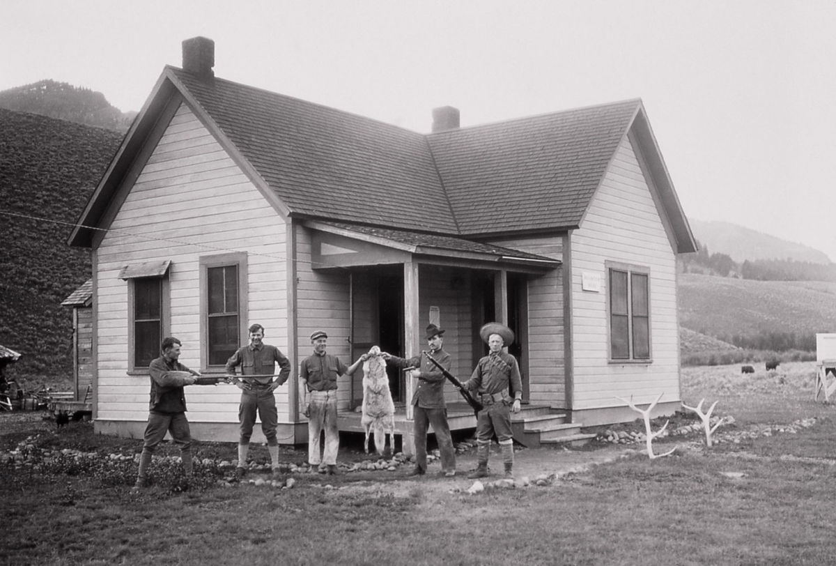 Vojaci pózujú pred strážnicou Soda Butte Creek v Yellowstone pri ulovenom vlkovi. Bol jedným z posledných.