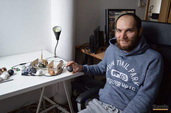 Zostrojenie robota na maľovanie vajec trvalo programátorovi a grafikovi Jurajovi Miklášovi asi 40 hodín. Najviac sa potrápil s jeho konštrukciou.