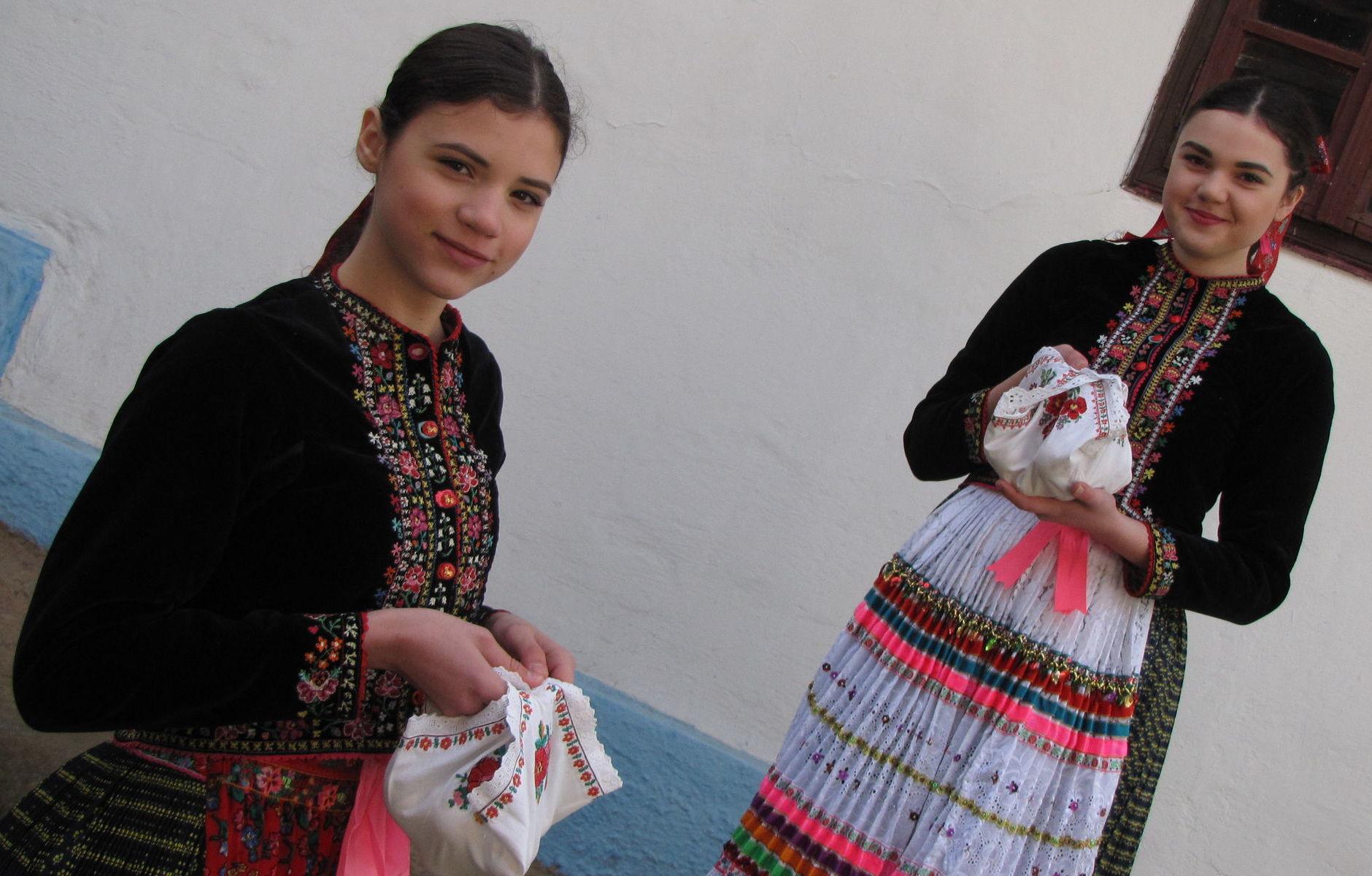 Mladé vyoblievané dievčatá nosievali po oblievačke šibačom surové vajíčka vo vyšívaných ručníčkoch.