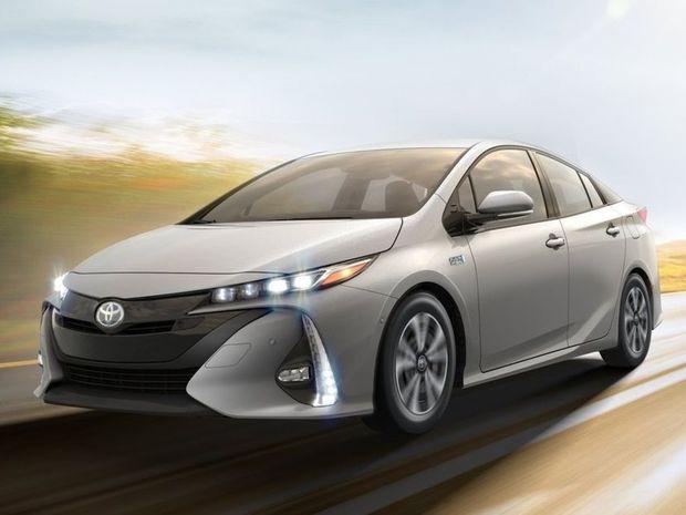 Najčistejším benzínovým autom je hybridná Toyota Prius. Spotrebuje len 4,9 litra benzínu pri veľmi nízkych emisiách.
