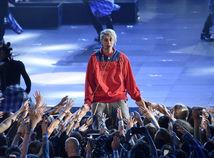 Spevák Justin Bieber predviedol skladbu Love Yourself.