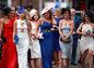 Vyfitnené dámy prichádzajú na Ladies Day počas Grand National Festival at Aintree Racecourse v anglickom Liverpoole.