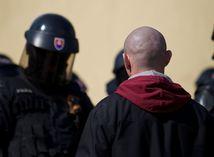 extrémisti, policajti, kukláči, skinhead,