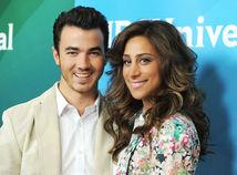 Spevák a hudobník Kevin Jonas a jeho manželka Danielle Jonas.