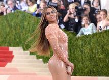 Speváčka Beyonce sa predviedla v latexovej kreácii Givenchy.