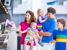 rodina, cestovanie, cestovný pas, dovolenka, kontrola, letisko, turisti, colnica, mama, otec, deti, rodičia,