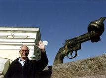 Carl Fredrik Reuterswärd pred svojím dielom na archívnej fotografii z roku 1992.