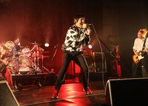 Spevák Anthony Kiedis (v strede) na zábere z koncertu.