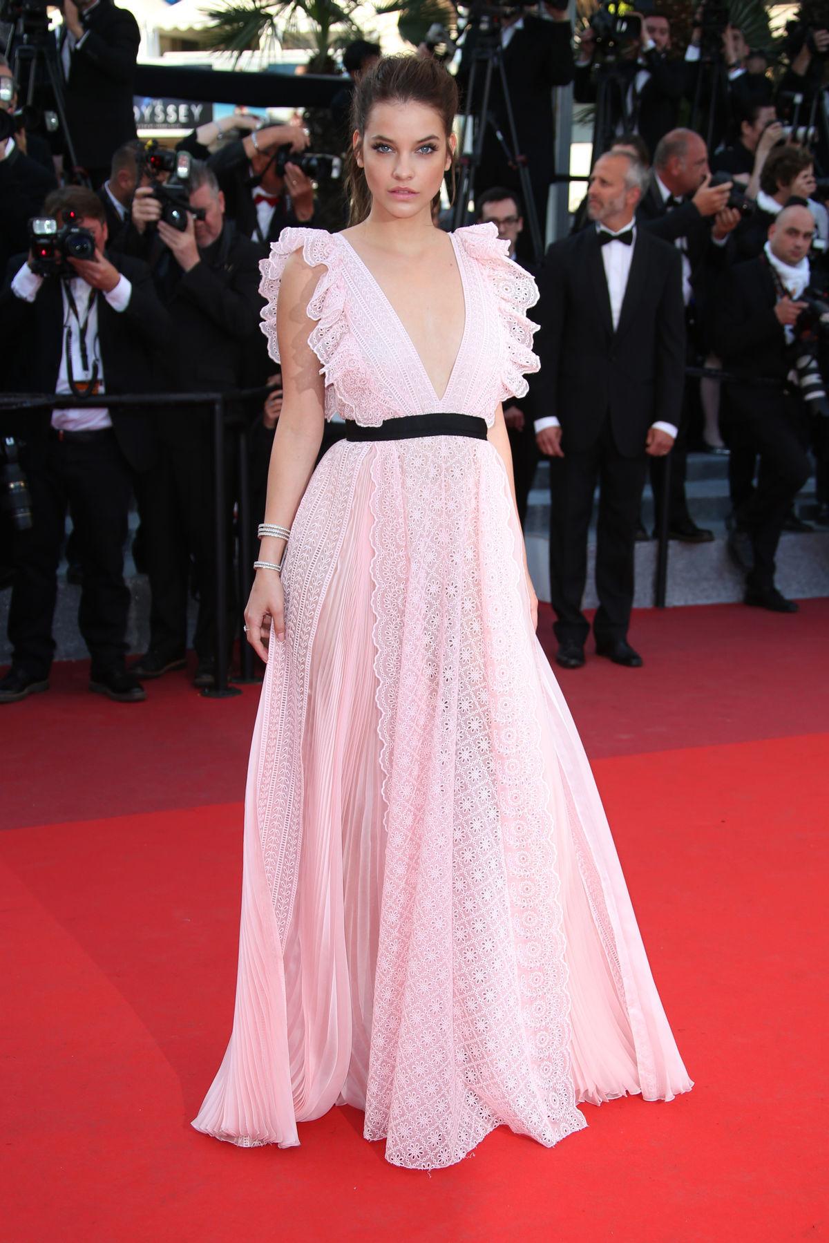 Modelka Barbara Palvin pózuje fotografom na premietaní filmu Julieta v Cannes.