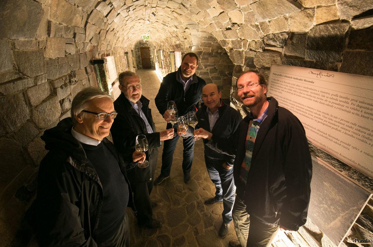 V zovretí kamennej pivnice. Zľava Peter Michalica, Ľubomír Feldek, Peter Stanko, Vladimír Mrva, Martin Kellenberger.