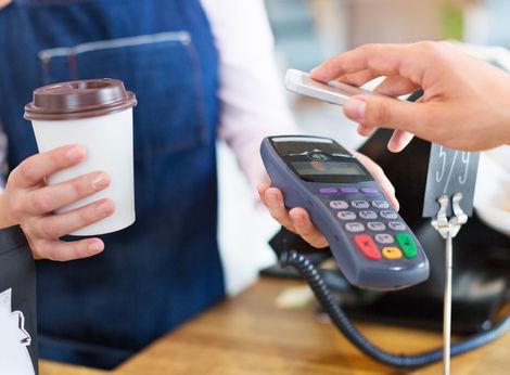 Ľudia kľučkujú medzi bankovými poplatkami