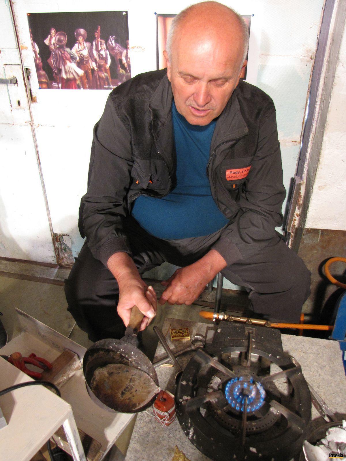 Úspešnému Bystričanovi ide výroba cínových šachových figúrok od ruky, začínal však systémom pokus - omyl.