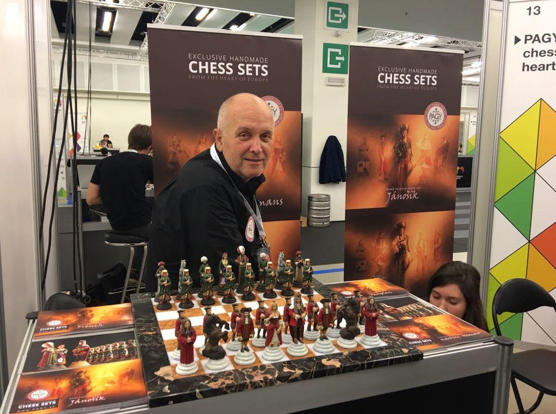 Juraj Pagáč na prestížnej výstave so svojimi cínovými šachovými figúrkami v Bruseli.