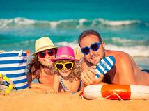 dovolenka, more, oceán, leto, rodina, pláž, piesok, mama, otec, dcéra, cestovanie, turisti, oceán, opaľovanie, slnečné okuliare, plavky, koleso