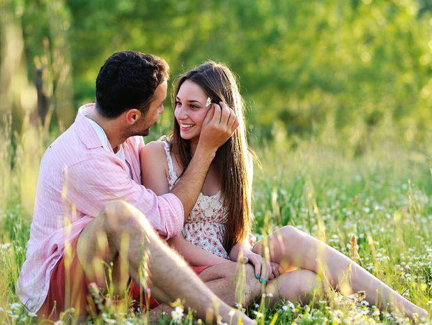 leto, lúka, dvojica, láska, kvety, pár, zaľúbení, zaľúbenci, milenci, príroda, tráva, les