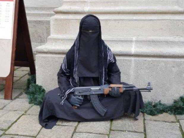 Vyšetrovateľ začal pre figurínu v čiernom odeve s maketou zbrane trestné stíhanie za obmedzovanie slobody vyznania