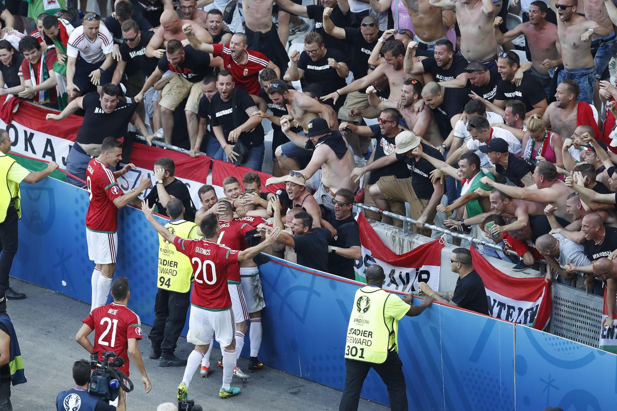 Radosť maďarských hráčov s fanúšikmi po góle do siete Portugalska.