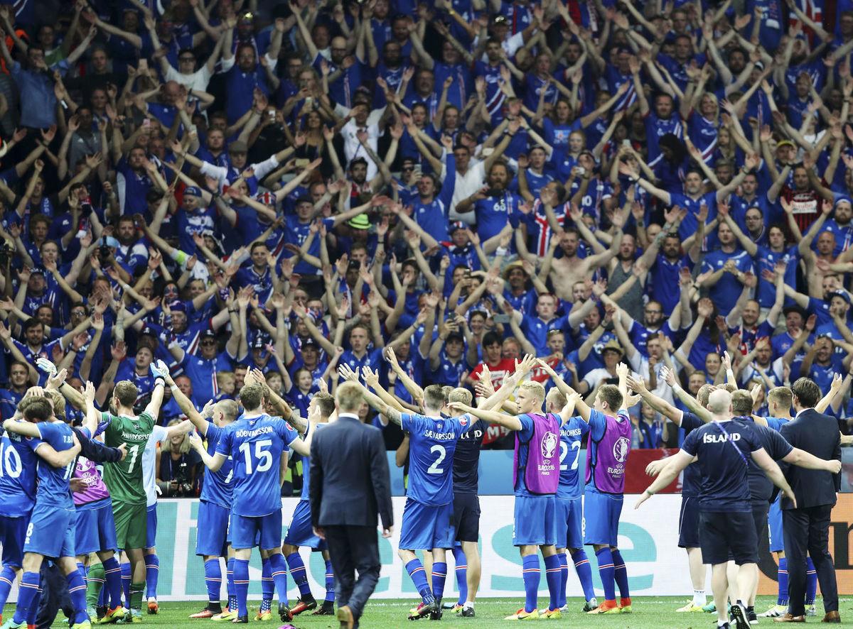 Hráči Islandu oslavujú so svojimi fanúšikmi historický postup medzi najlepšiu osmičku ME 2016.