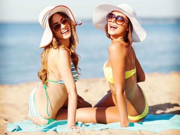 leto, dovolenka, cestovanie, pláž, more, kamarátky, horúčava, slnečné okuliare, plavky, pláž, opaľovanie