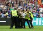 Chvíľka slávy pre fanúšika, ktorý počas zápasu vnikol na hraciu plochu.
