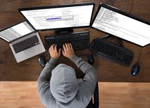 počítač, informačné technológie, vírus, hacker,