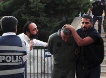 turecko. vojenský prevrat, polícia, zatýkanie