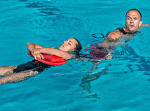plavčík, záchranár, bazén, voda, kúpalisko, leto, utopenie