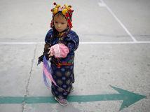 Nepál, dieťa, tradičný odev, oslava narodenín Dalajlámu, Kathmandu