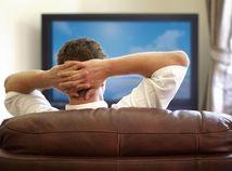 televízia, sledovanie TV, muž, gauč, sedačka, krvná zrazenina, embólia pľúc, oddych, relax, zábava