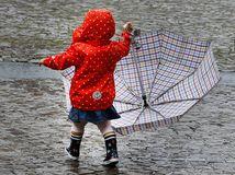 počasie, dážď, dáždnik, dieťa, prší, gumáky