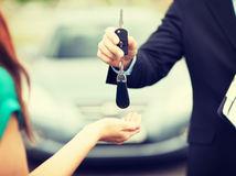 kľúče, ruky, auto